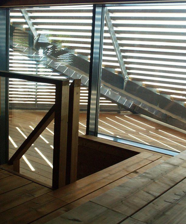 Toisesta puulämmitteisestä saunasta pääsee suojaiselle vilvoittelualueelle.