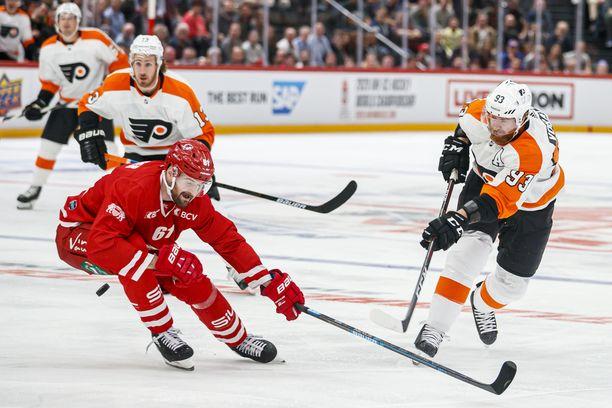 Lausannen Fabian Heldner (vas.) yrittää estää Philadelphia Flyersin Jakub Voracekin (93) laukauksen.