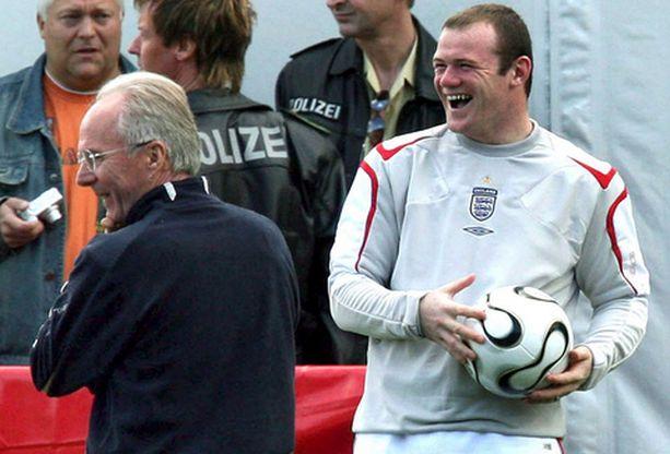 Sven-Göran Eriksson ja Wayne Rooney naureskelivat tiistaina Englannin harjoituksissa.