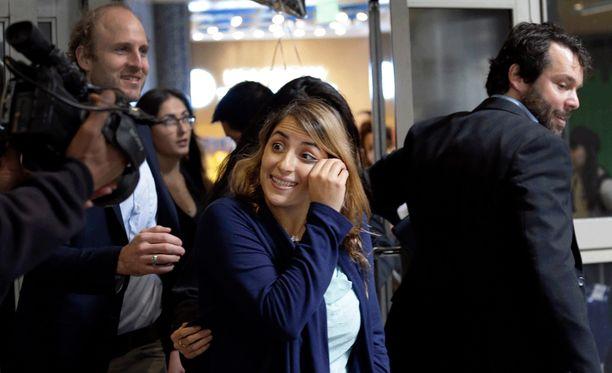 Iranilaisopiskelija Sara Yarjani pyyhki silmiään lähtiessään Los Angelesin kansainväliseltä lentokentältä sunnuntaina. Yarjania pidettiin kiinniotettuna 23 tuntia maahantulokiellon vuoksi.