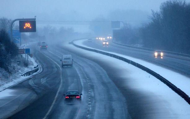 Vain muutama autoilija uskaltautui loppiaisena lumen ja jään liukastamalle M4-moottoritielle.