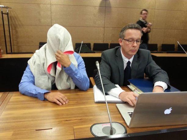 Pasi Rouhiainen (vas) hovioikeuden istunnossa kesäkuussa.