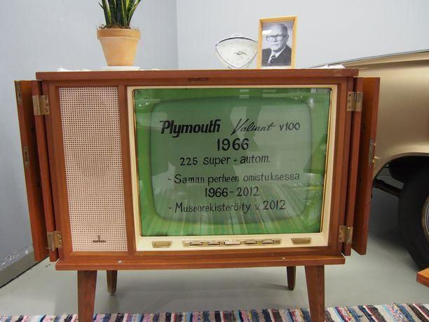 Televisiota oli käytetty aiemmin rekvisiittana autonäyttelyssä, jossa perheystävien saman aikakauden auto oli esillä.