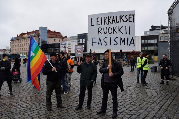 Vexi Heikkinen, Paavo Svenn ja Asko Julkunen toivoivat, että hallitus puuttuisi fasististen järjestöjen olemassaoloon ja rajoittaisi niiden toimintaa viharikosten vähentämiseksi.