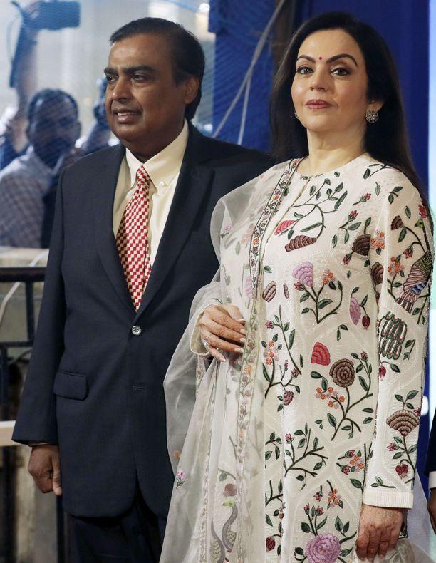 Mukesh Ambani osallistumassa Reliance Industriesin yhtiökokoukseen vaimonsa Nitan kanssa heinäkuussa 2018.