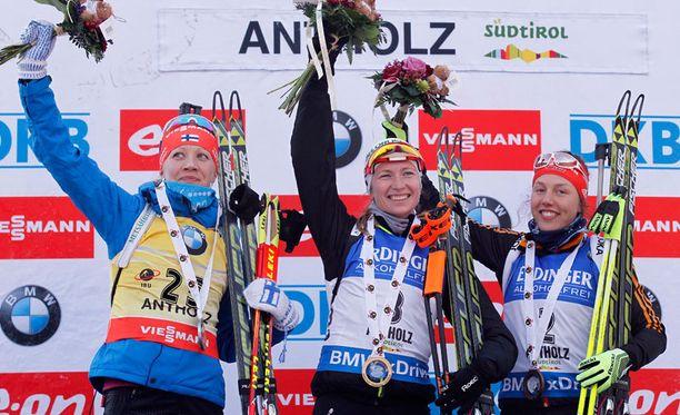 Kaisa Mäkäräinen (vas.), Darja Domratsheva ja Laura Dahlmaier nousivat perjantaina palkintopallille.