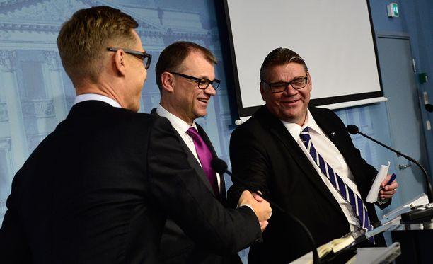 Alexander Stubb (vas), Juha Sipilä ja Timo Soini esittelivät tänään uudistuksia.