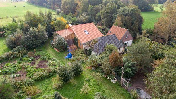 Maatila sijaitsee muutaman tuhannen asukkaan pikkukylässä.