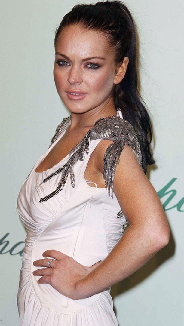 Etsintäkuulutettu Lindsay Lohan poseerasi punaisella matolla Cannesissa.