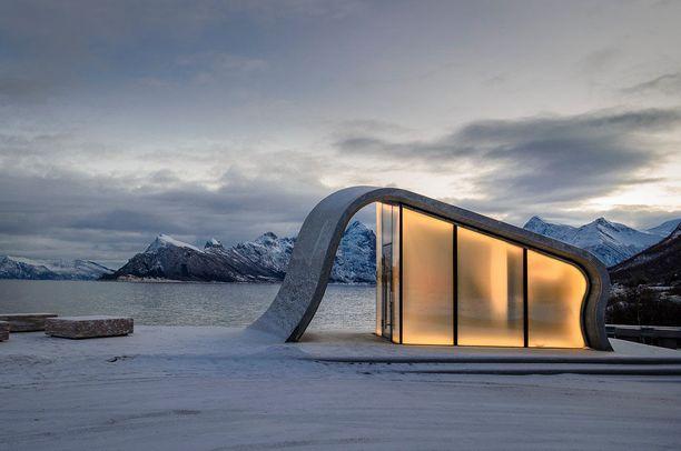 Kaunis rakennus löytyy norjalaisen maisemareitin varrelta.