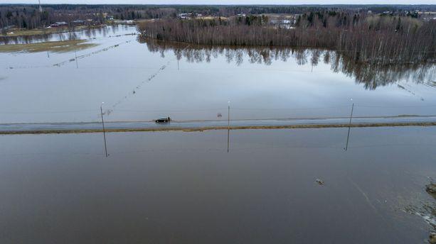 Etelä-Pohjanmaan tulvat saavuttivat huippunsa viikonloppuna. Kuva Kyrönjoen Skatilasta Mustasaaresta. Kyrönjoki on Etelä-Pohjanmaan suurin joki, ja se laskee Perämereen.