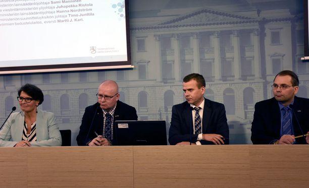 Liikenne- ja viestintäministeri Anne Berner (kesk), työ- ja oikeusministeri Jari Lindström (ps), sisäministeri Petteri Orpo (kok) sekä puolustusministeri Jussi Niinistö (ps) pitivät torstaina tiedotustilaisuuden.