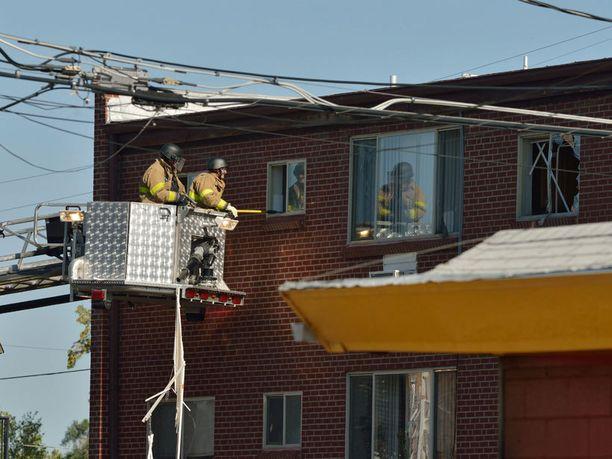 FBI:n agentit rikkoivat epäillyn ampujan kodin ikkunat.