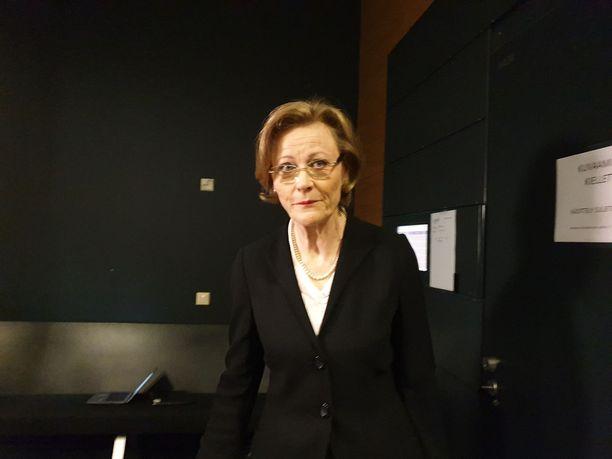 Syyttäjä Eija Velitski menossa istuntosaliin.