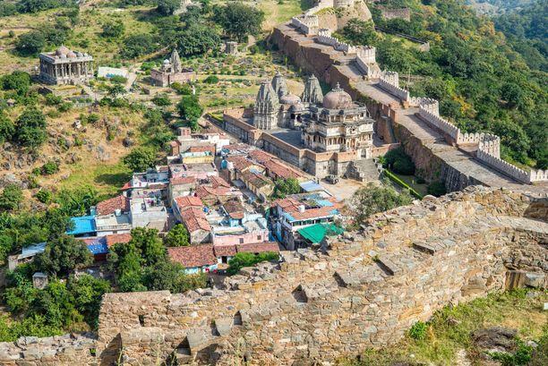 Ilmakuva osasta Intian muuria. Se kiertää kiertää Kumbhalgarhin linnoitusaluetta.