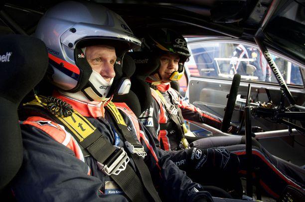 Hayden Paddonin vauhti nousi pätkällä parhaimmillaan 150 kilometriin tunnissa, kun Risto Knuutila oli kyydissä.