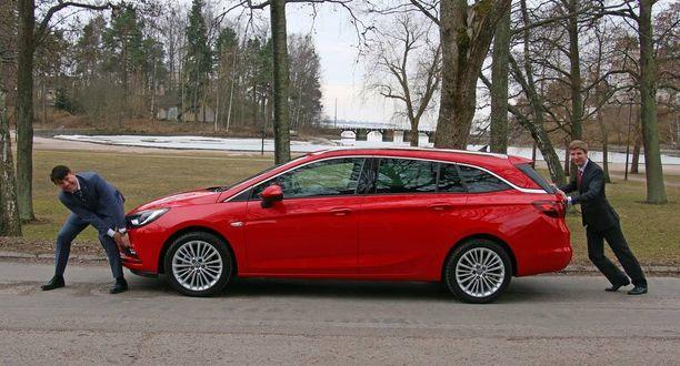 Vauhtia Astra-farkun nyt alkavaan myyntiin puskevat Opel Oy:n toimitusjohtaja Rami Kittilä (edessä) ja Länsi-Auto Oy:n toimitusjohtaja Tommi Köninki.