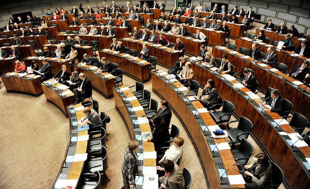 Yli 50 ex-kansanedustajaa saa sopeutumiseläkettä