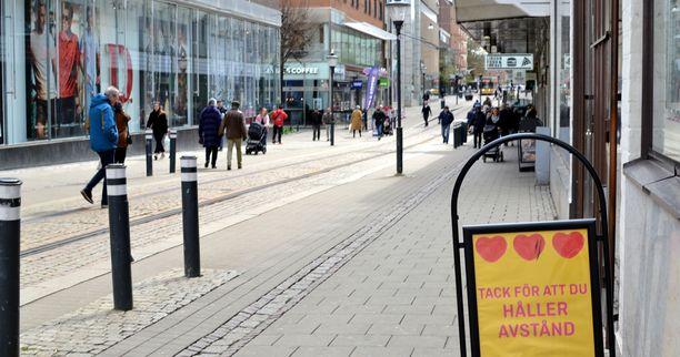 Norrköping on noin 140 000 asukkaan kaupunki, 160 kilometriä Tukholmasta etelään. Suomalaisille paikka on tuttu myös kunnassa sijaitsevan Kolmårdenin eläintarhan vuoksi. Kuvassa etualalla oleva kyltti muistuttaa pitämään välimatkaa.
