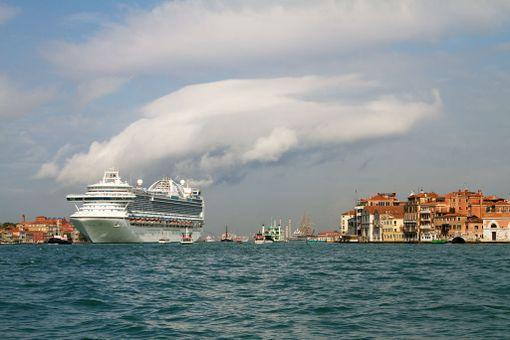 """Paikallisten raivo kohdistuu erityisesti risteilyalusten edustamaan turismin muotoon. Italian kulttuuriministeri kutsuu sitä """"eat and flee"""" -turismiksi: kohteessa ollaan vain muutama tunti ja rynnätään isoissa joukoissa nähtävyydet läpi."""
