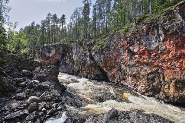 Komea Kiutaköngäs on Kuusamon tärkeimpiä nähtävyyksiä. Nyt paikkakunnalla voi retkeillä myös kohteissa, joiden erikoisuutena on härski tai ruma nimi.