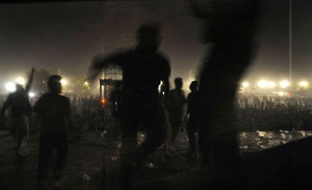 Fanit onnistuivat kiipeämään lavalle tekemään tuhojaan.