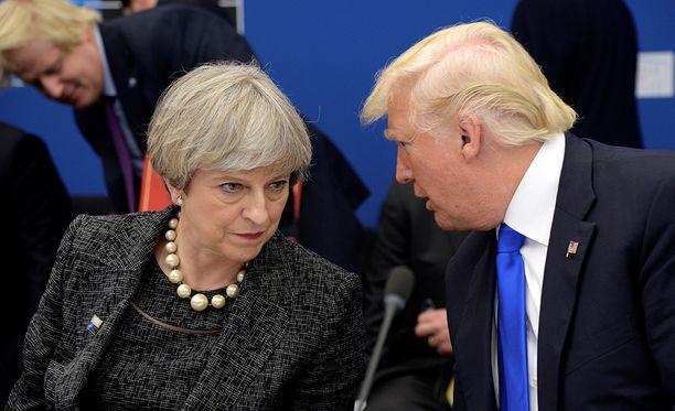 Donald Trump perui Lontoon vierailunsa vedoten siihen, että vanhan lähetystön myyminen oli huono diili. Uuden lähetystön avajaisissa häntä tuuraa ulkoministeri Rex Tillerson.