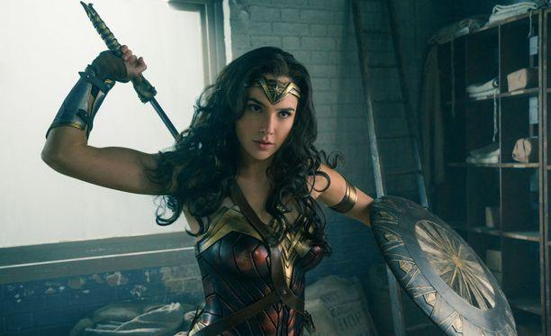 Gal Gadot esittää elokuvassa supersankaritar Ihmenaista.