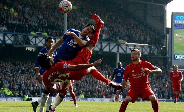 Evertonin Gareth Barry (päällä) haastoi Liverpoolin Emre Canin kauden ensimmäisessä Merseysiden derbyssä.