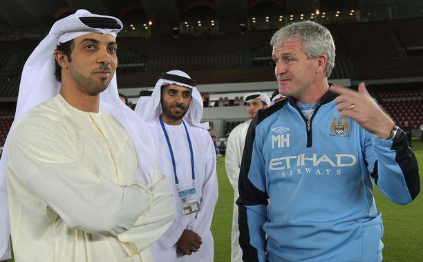Sheikki Mansour (vas.) oli tutustumassa ostamansa joukkueen kotistadioniin vuonna 2009.