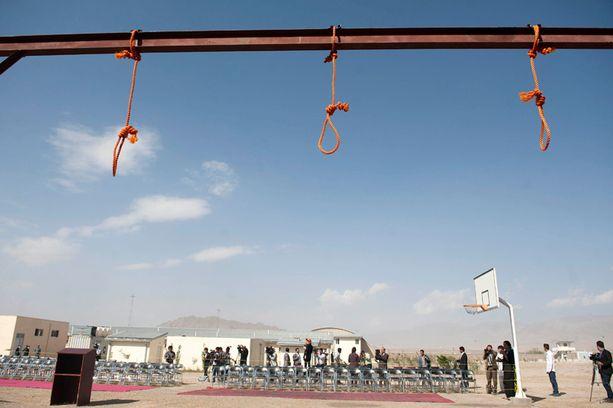 Afganistanissa hirtettiin viime viikolla viisi miestä, jotka olivat joukkoraiskanneet naisen. Kunniamurhista sen sijaan saa lievennetyn tuomion, mitä vastaan muun muassa Amnesty taistelee.