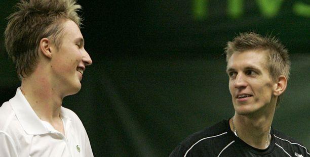 KISÄLLI JA SEPPÄ Henri Kontinen (vasemmalla) ja Jarkko Nieminen takovat Suomea jatkoon Davis cupissa.