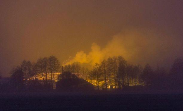 Sumu ja kasvihuoneiden valaistus näyttävät erehdyttävästi tulipalolta.