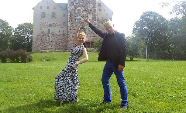 Konkarina Susanna Heikki poseerasi kuvaajalle monin eri ilmein ja asennoin, Aki Samulilla kesti hieman lämmetä, mutta lopulta hän pyöritti kunigatartaan luontevasti Turun linnan pihalla.