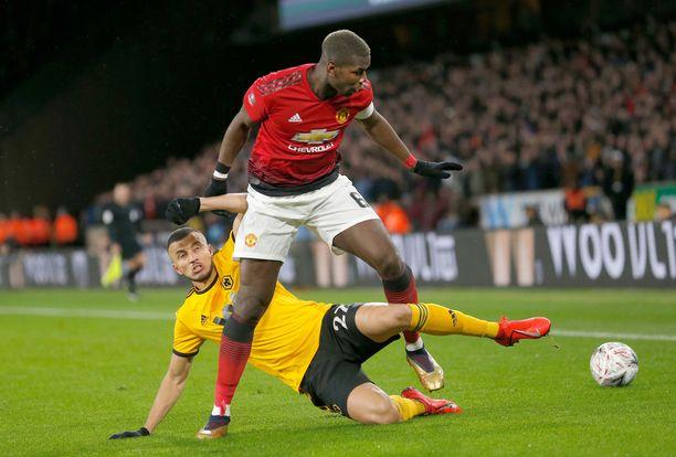 Nurmen pinnassa taisteleva Wolverhamptonin Romain Saiss voitti viime kaudella eniten puolustuskaksinkamppailuja 90 minuuttia kohden. Kuvassa hän taistelee Manchester Unitedin  kanssa.