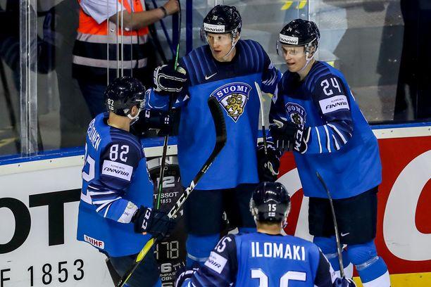 Niko Mikkola (numero 70) sai onnittelut joukkuetovereilta.
