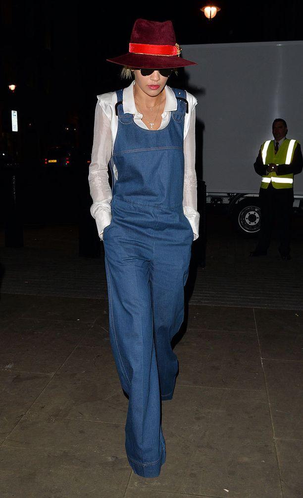 Rita Oran farkkuasu henki 70-lukua leveine lahkeineen ja hattuineen. Pitkien ja leveiden lahkeiden kanssa kannattaa pukea korkokengät.