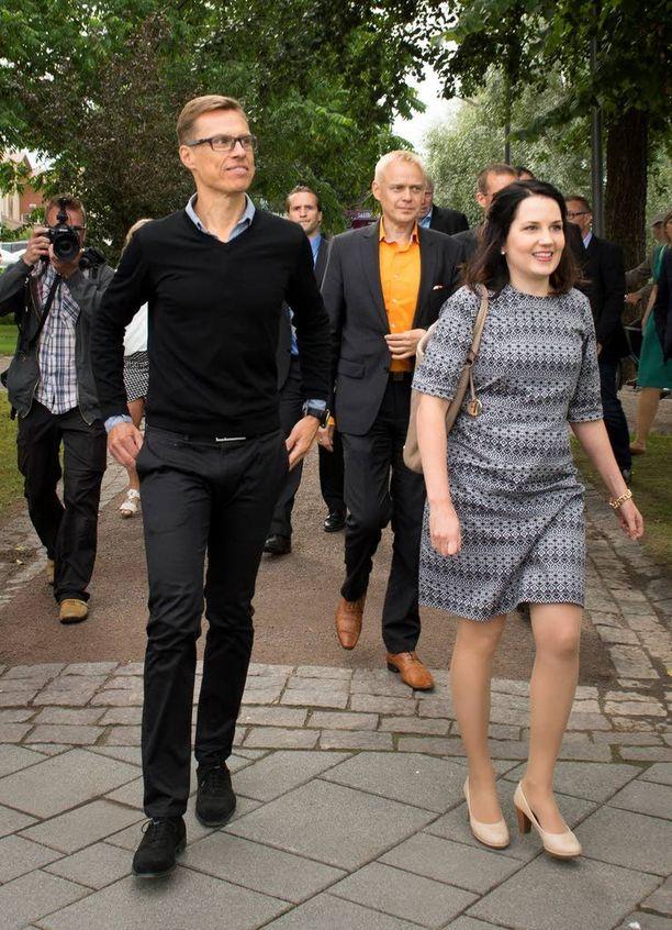 Kokoomusministerit Alexander Stubb ja Sanni Grahn-Laasonen johdattivat kokoomuksen kansanedustajat Forssan torille.