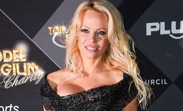 Pamela Anderson oli Pariisissa yhtä hymyä.