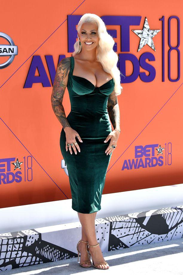 """Amber Rose lukeutuu Hollywoodin äänekkäimpiin """"slut shamingin"""" vastustajiin. Rohkeasti ja näyttävästi pukeutuva tähti korostaa kroppaansa ylpeydellä. Tämä"""