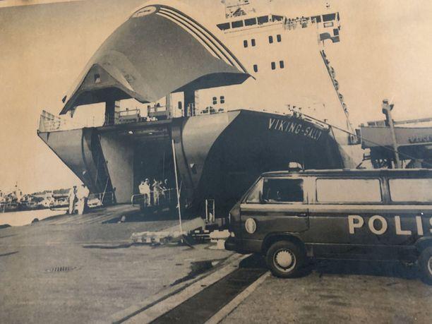 M/s Viking Sally oli laajojen poliisitoimien kohteena saavuttuaan Turkuun. Kuvassa näkyvästä keulavisiiristä tuli seitsemän vuotta myöhemmin Euroopan rauhanajan pahimman merionnettomuuden symboli.
