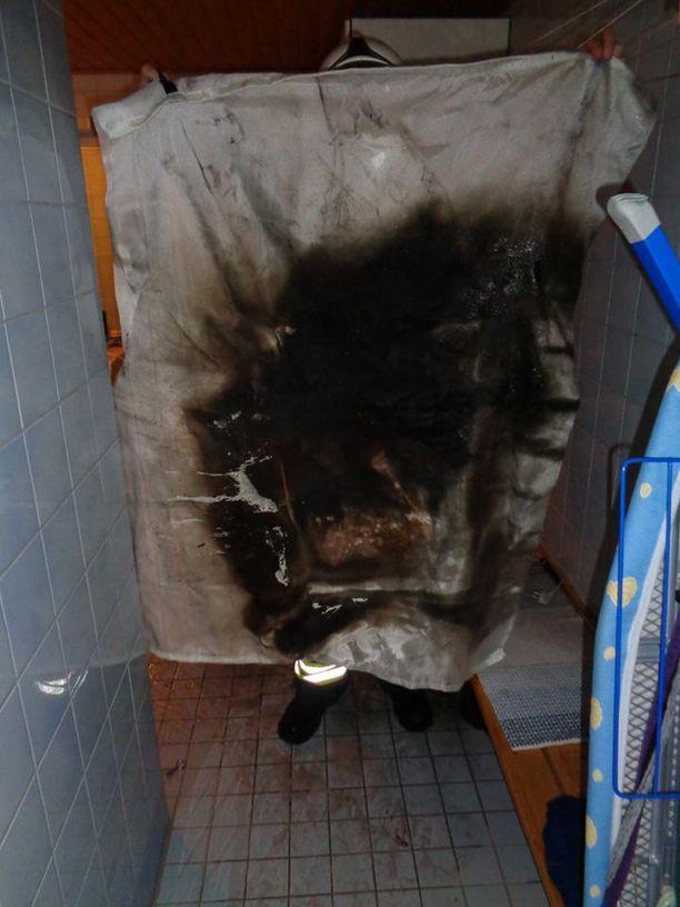Todettuaan, että palo ei sammu, asukas haki sammutuspeiton ja levitti sen pesukoneen päälle.