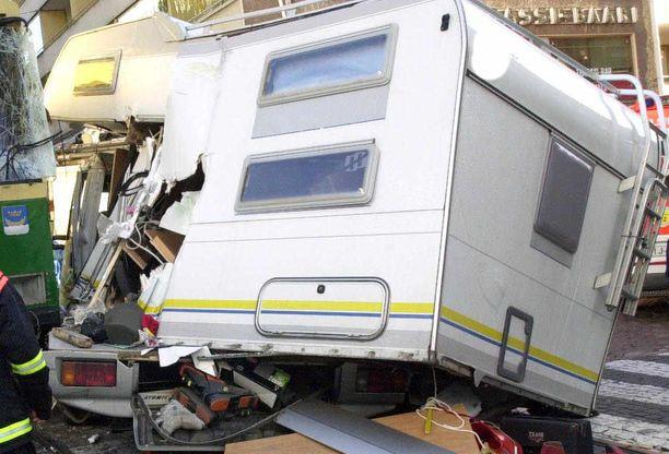 Matkailuauton törmäysturvallisuus ei vastaa nykyäänkään henkilöautojen turvallisuutta. (KUVITUSKUVA VUODELTA 2002).