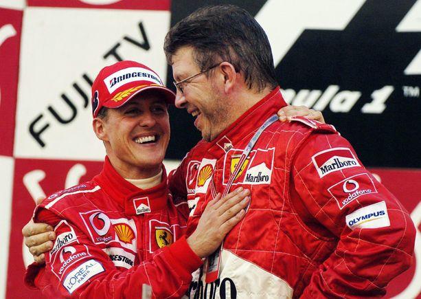Schumacher ja Brawn pokkasivat voittopokaalin poikineen 2000-luvun alussa.