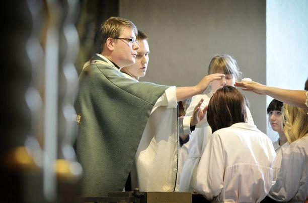 Rippikoulunuorta siunattiin konfirmaatiojumalanpalveluksessa Noormarkussa vuonna 2012.