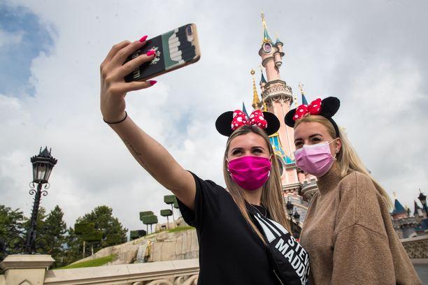 Vierailijoita Pariisin Disneylandissa heinäkuussa.