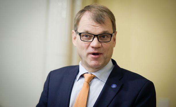 Pääministeri Juha Sipilää (kesk) on syytetty Veikkaus-nimityksessä kokoomuksen yli kävelemisestä.