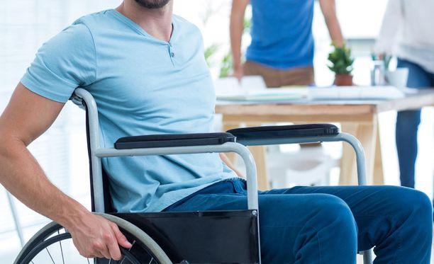 Pyörätuolilla liikkunut mies ryösti pankin Kroatiassa. Kuvituskuva.