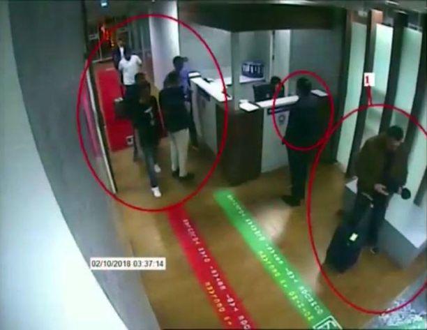 Tässä kuvassa väitetään olevan Jamal Khashoggin tappaneen iskuryhmän jäseniä Atatürkin lentonkentällä.