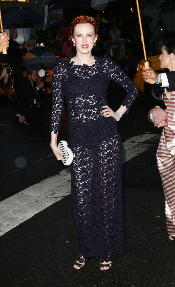 Laulaja ja malli Karen Elsonin kokonaisuus on tyylikäs läpinäkyvyydestä huolimatta.
